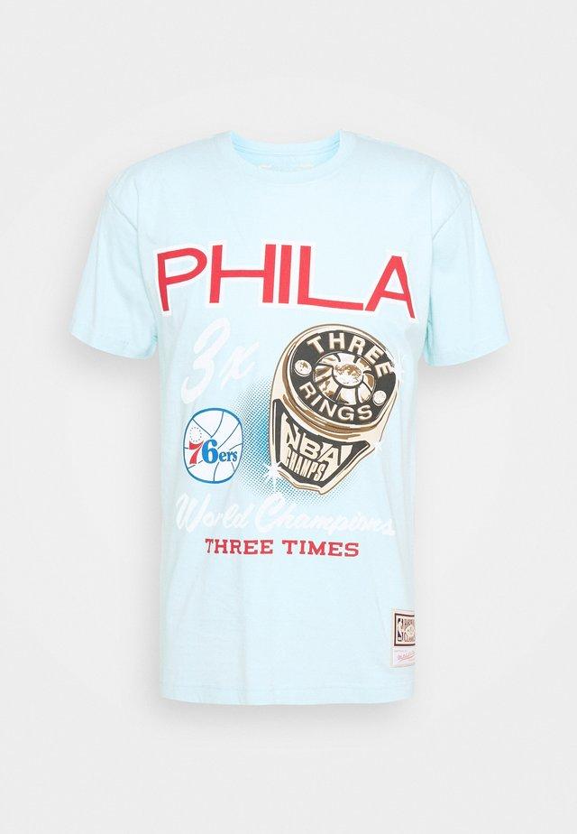NBA PHILADELPHIA 76ERS RINGS TEE - Club wear - light blue