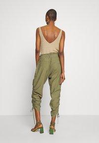 Cream - GUNNA PANTS - Cargo trousers - olive - 2