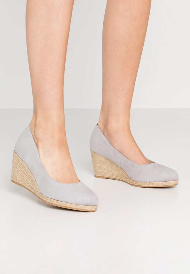 WIDE FIT CLOSED TOE WEDGE - Cuñas - grey