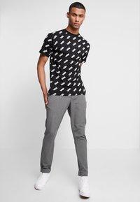 Vans - RETRO ALLOVER - T-Shirt print - black - 1
