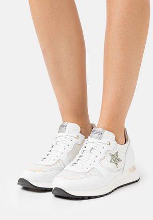 LOGAN - Trainers - bianco/glitter prato