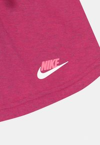 Nike Sportswear - Szorty - fireberry/sunset pulse - 2
