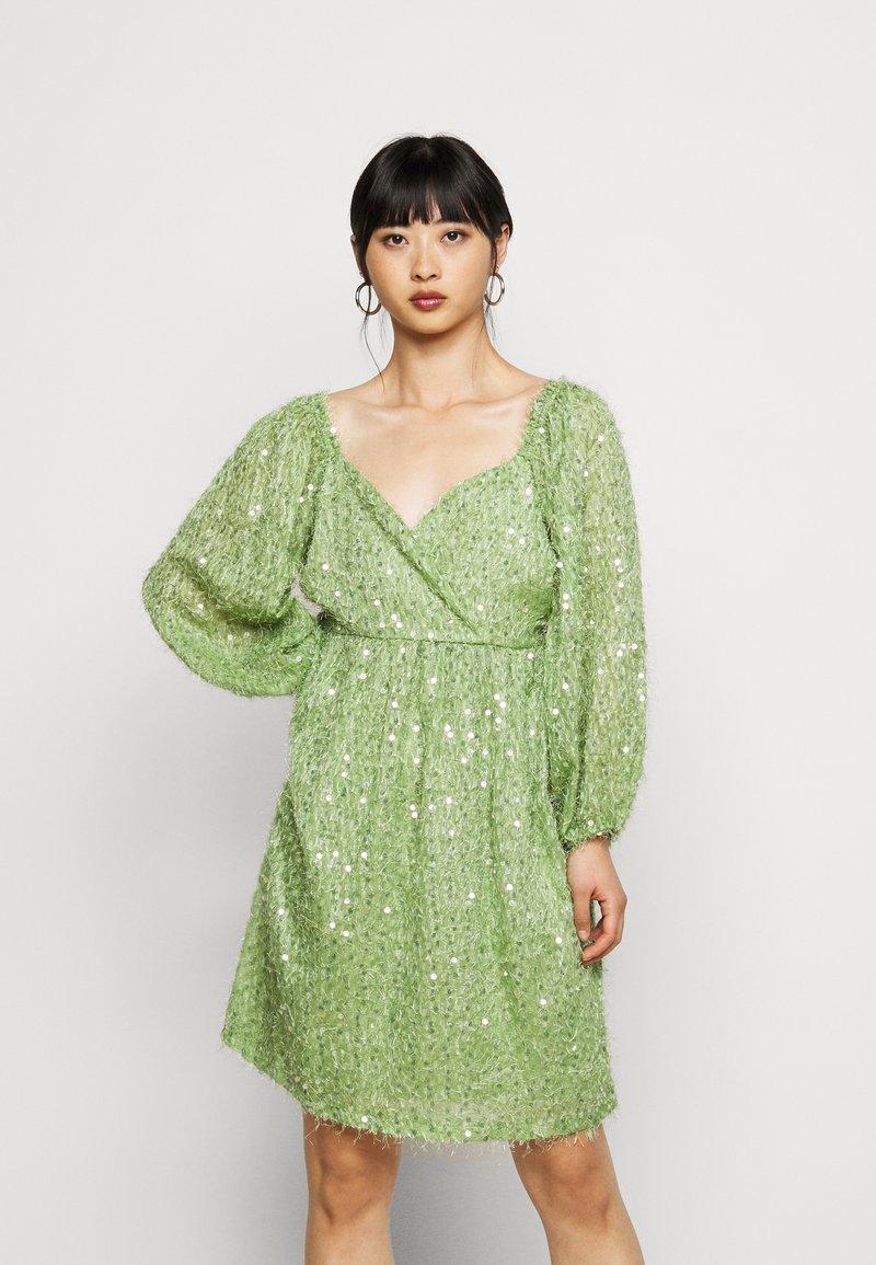 Vero Moda Petite - VMFLIRTLY SHORT DRESS PETIT - Jurk - forest shade