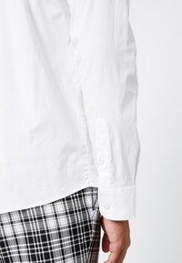 BY GARMENT MAKERS - THE ORGANIC SHIRT - Overhemd - white - 5