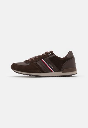 ICONIC RUNNER - Sneakers basse - cocoa