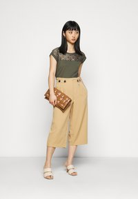 ONLY Petite - ONLTHEIA JOURNEY LIFE CULOTT - Pantalones - iced coffee - 1