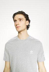 adidas Originals - TECH TEE UNISEX - T-shirt imprimé - medium grey heather - 3