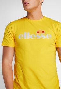 Ellesse - GINITI  - Printtipaita - yellow - 4