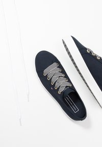 Tommy Hilfiger - ESSENTIAL NAUTICAL SNEAKER - Sneakersy niskie - desert sky