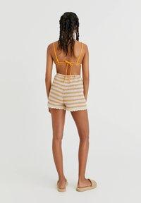 PULL&BEAR - MIT STREIFEN UND PATENTMUSTER - Shorts - mottled beige - 2