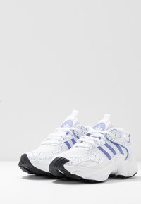 adidas Originals - MAGMUR RUNNER - Sneakersy niskie - footwear white/chalk purple/core black - 6