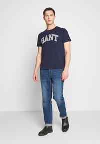 GANT - ARCH OUTLINE  - T-shirt med print - evening blue - 1