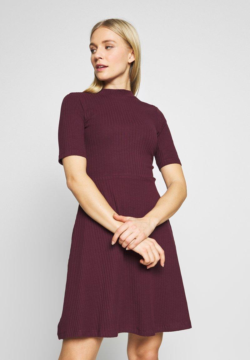 Anna Field - BASIC - Žerzejové šaty - winetasting
