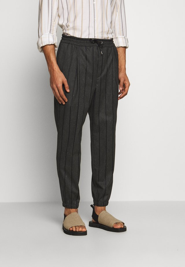 TAILORED TRACKPANT - Stoffhose - charcoal