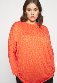 CAPSULE by Simply Be - BURNOUT BOXY  - Long sleeved top - coral - 5