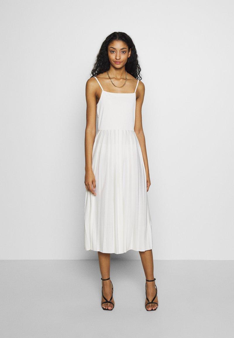 na-kd pleated strap dress - freizeitkleid - white/weiß