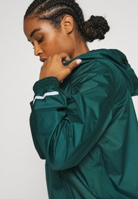 Sweaty Betty - ANORAK OVERHEAD JACKET - Regnjakke - june bug green - 5
