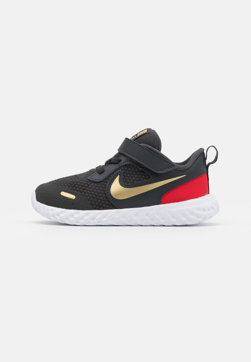 Nike Performance - REVOLUTION 5 UNISEX - Hardloopschoenen neutraal - dark smoke grey/metallic gold/white/university red