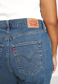 Levi's® Plus - HIGH WAISTED MOM - Relaxed fit jeans - blue denim - 5