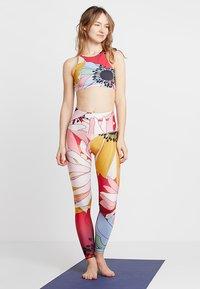 Onzie - HIGH RISE GRAPHIC - Legging - multi-coloured/red - 1