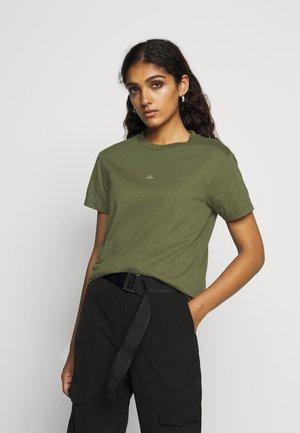 SUZANA TEE - T-shirts med print - moss green