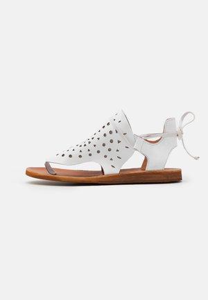 CAROLINA  - Sandály s odděleným palcem - white