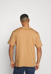 Karl Kani - SMALL SIGNATURE TEE UNISEX - Print T-shirt - beige - 2