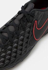 Nike Performance - TIEMPO LEGEND 8 CLUB TF - Voetbalschoenen voor kunstgras - black/dark smoke grey/chile red - 5