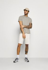 Calvin Klein Jeans - LOGO TEE UNISEX - T-shirt con stampa - elephant skin - 1