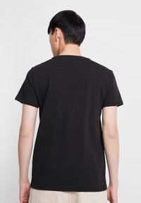 Tommy Jeans - BADGE TEE - T-shirts basic - black - 2