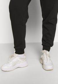 Even&Odd Curvy - Pantalones deportivos - black - 3