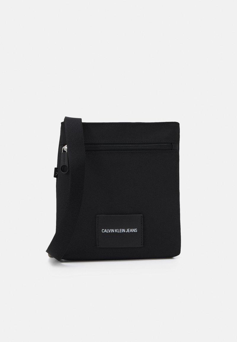 Calvin Klein Jeans - MICRO FLATPACK UNISEX - Axelremsväska - black