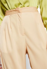 UNIQUE 21 - WIDE LEG TROUSER - Bukse - champagne - 4