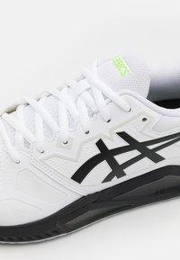 ASICS - GEL-CHALLENGER 13 - Tenisové boty na všechny povrchy - white/green gecko - 5