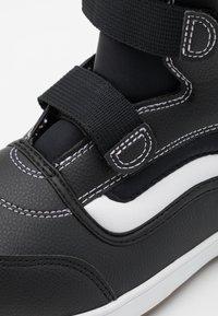 Vans - SNOW CRUISER MTE UNISEX - Winter boots - black/white - 5