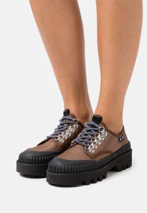 CITY LACE UP SHOE - Volnočasové šněrovací boty - dark brown/black