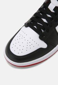 Jordan - AIR 1 MID - Sneakers hoog - white/gym red/black - 8