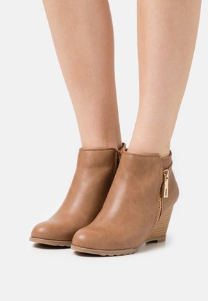 ARAWELLO - Wedge Ankle Boots - camel