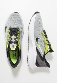 Nike Performance - ZOOM WINFLO 7 - Neutral running shoes - light smoke grey/black/volt/white - 1