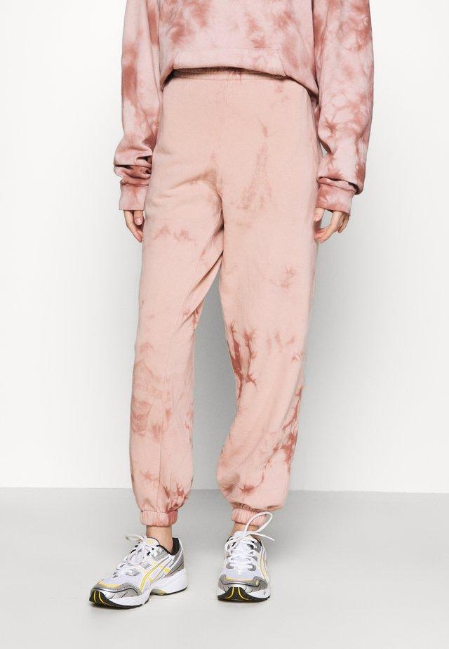 TIE DYE JOGGER - Teplákové kalhoty - pink