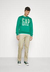 GAP - LOGO - Bluza - green shade - 1