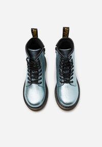 Dr. Martens - 1460 CRINKLE METALLIC - Šněrovací kotníkové boty - teal - 3