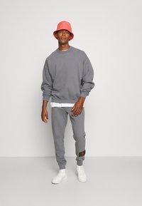 Calvin Klein Jeans - OVERSIZED BADGE - Sweatshirt - shining armor - 1