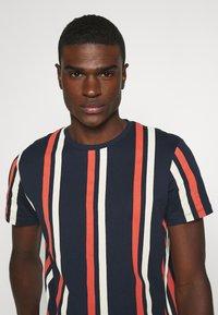 Jack & Jones - JORJERRY TEE CREW NECK  - T-shirt con stampa - navy blazer - 3