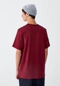 PULL&BEAR - MIT BRUSTTASCHE - T-shirt - bas - bordeaux - 2