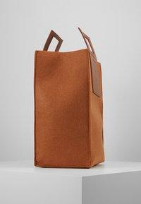 Holzweiler - CARRY BIG BAG - Shopping bags - camel - 3