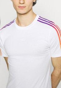 adidas Originals - STRIPE UNISEX - T-shirt imprimé - white/multicolor - 4