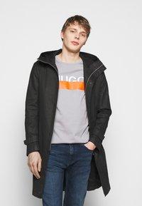 HUGO - DOLIVE - T-shirt imprimé - medium grey - 3