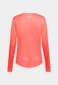 Nike Performance - MILER - Funktionsshirt - bright mango/reflective silver - 1
