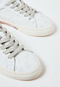 Pepe Jeans - KENTON CLASSIC - Zapatos con cordones - blanco - 5